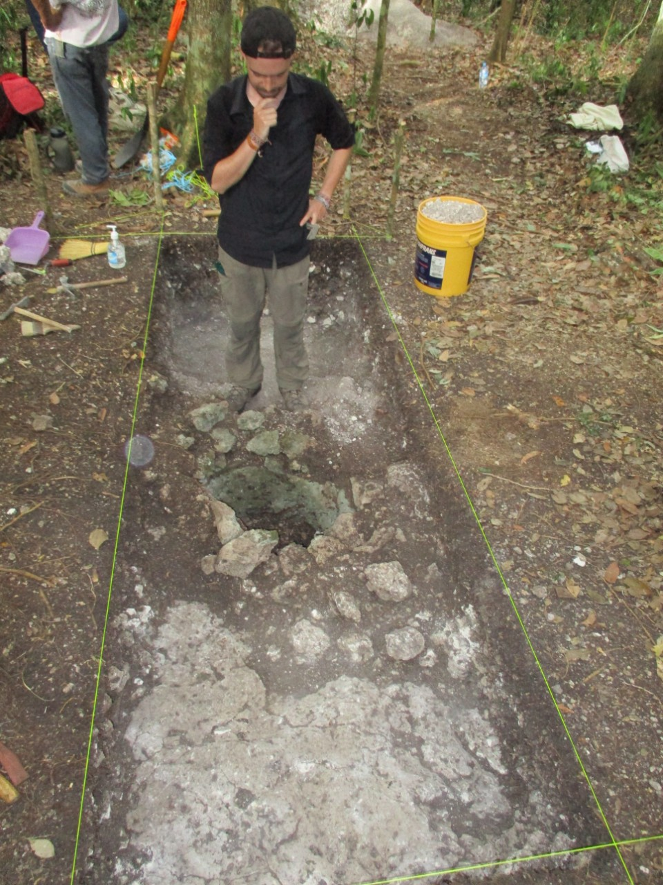 UC student Thomas Ruhl works at an excavation of an ancient storage pit in Mexico's Yucatan Peninsula. (Image: Nicholas Dunning)