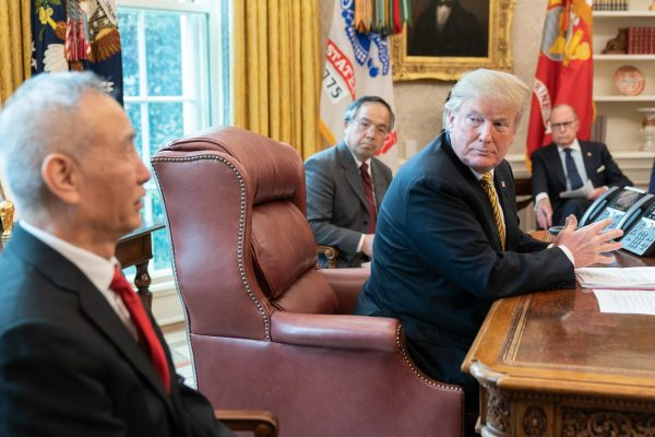 U.S. President Donald Trump speaks with China's vice-premier Liu He on April 4, 2019, in the White House Oval Office. (Image: Source goes here. / CC0 1.0)