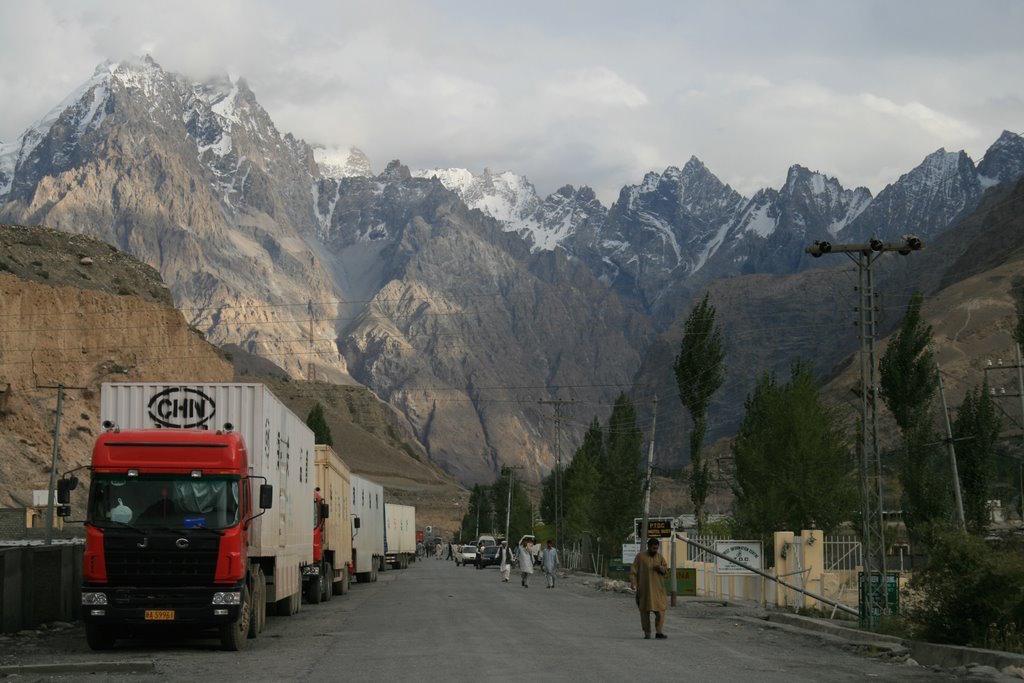 China and Pakistan conduct trade via the Karakoram Highway. (Image: Anthony Maw via wikimedia CC BY-SA 3.0)