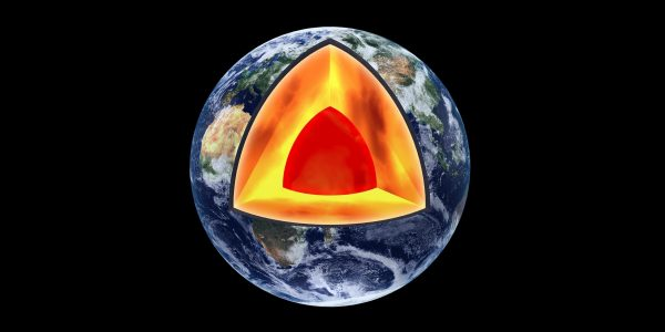 This is what the Earth inside looks like: Deep down lies the core of the Earth, followed by the Earth's mantle. The Earth's crust begins 35 kilometres below the surface. (© Peter Eggermann / Adobe Stock)