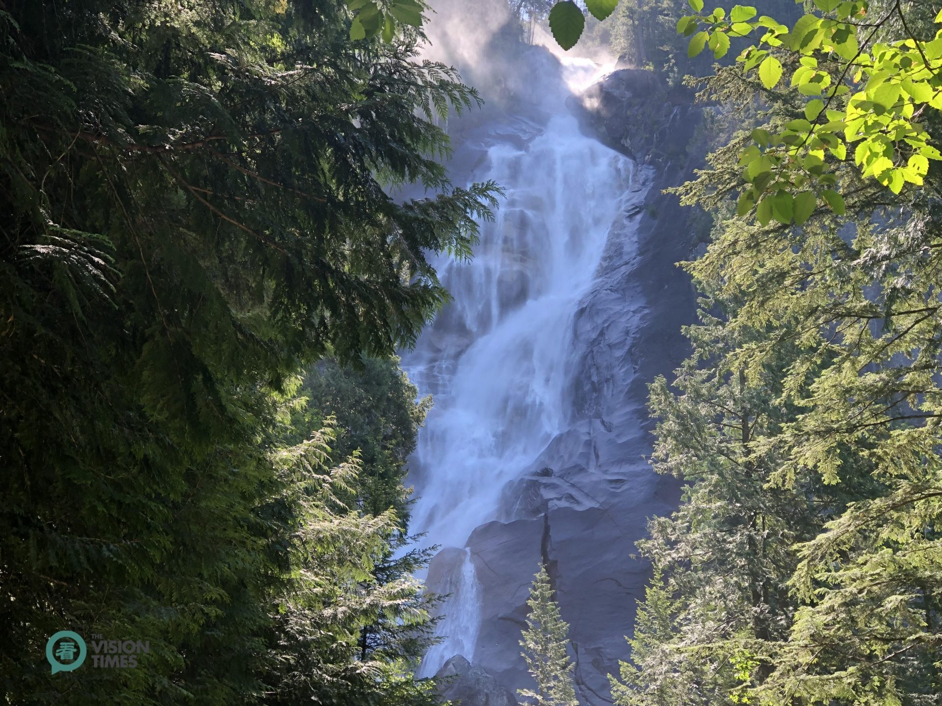 At Shannon Falls Provincial Park visitors can feel the mist of the spectacular 335 meter Shannon Falls. (Image: Billy Shyu / Vision Times)