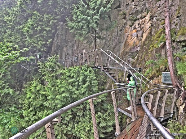 The breathtaking Cliffwalk in the Capilano Suspension Bridge Park. (Image: Billy Shyu / Vision Times)