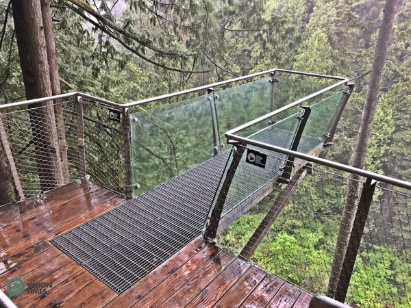 The glass-bottomed deck at the Cliffwalk. ( Image: Billy Shyu / Vision Times)