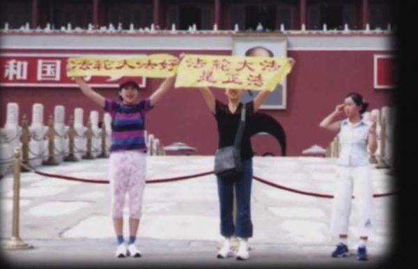 Sisters Kefei and Yifei Wang appeal for Falun Gong in Beijing. (Image: YouTube/Fox 11)