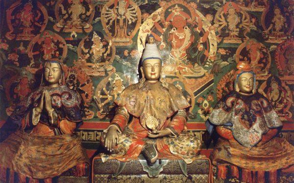 Tibetan King Srongtsong Gampo and his wives, Princess Bhrikuti of Nepal (left) and Princess Wencheng of China (right). (Image: wikimedia / CC0 1.0)