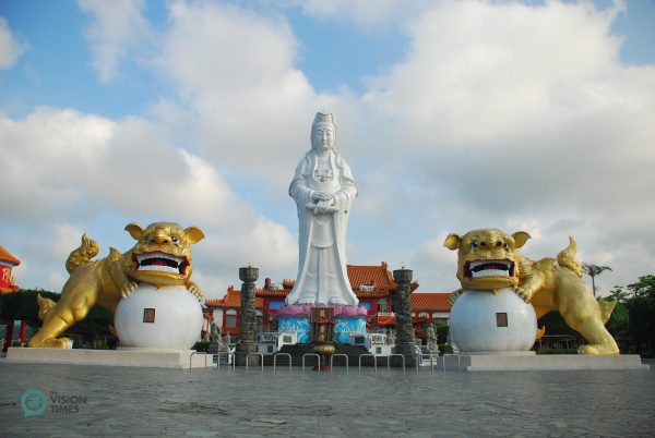 The Goddess of Mercy Statue in front of a temple in the Zhongzheng Park. (Image: Niou Chi-Ping / Vision Times)