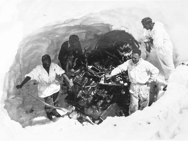 In the spring of 1947, the Dakota was already buried deep in the snow. In a complex action parts of the aircraft were salvaged. (Image: Alpine Museum of Switzerland)