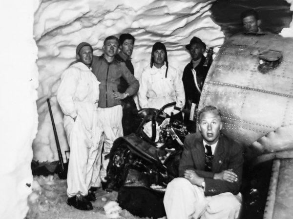 The salvage crew in the deep snow. (Image: Alpine Museum of Switzerland)