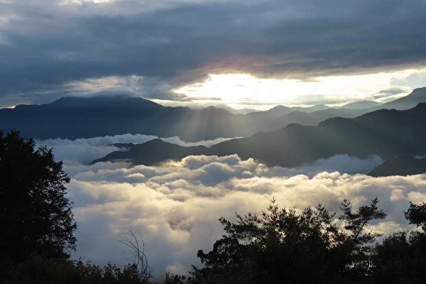 Jiahong Su, a trail guide for the Alishan Forest Railway Management Office of the Taiwan Forestry Bureau, captured the natural beauty of the sunrise, sea of clouds and cloud-fall at Xiaoliyuan's Mountain 360-degree viewing platform. (Image: Jiahong Su)