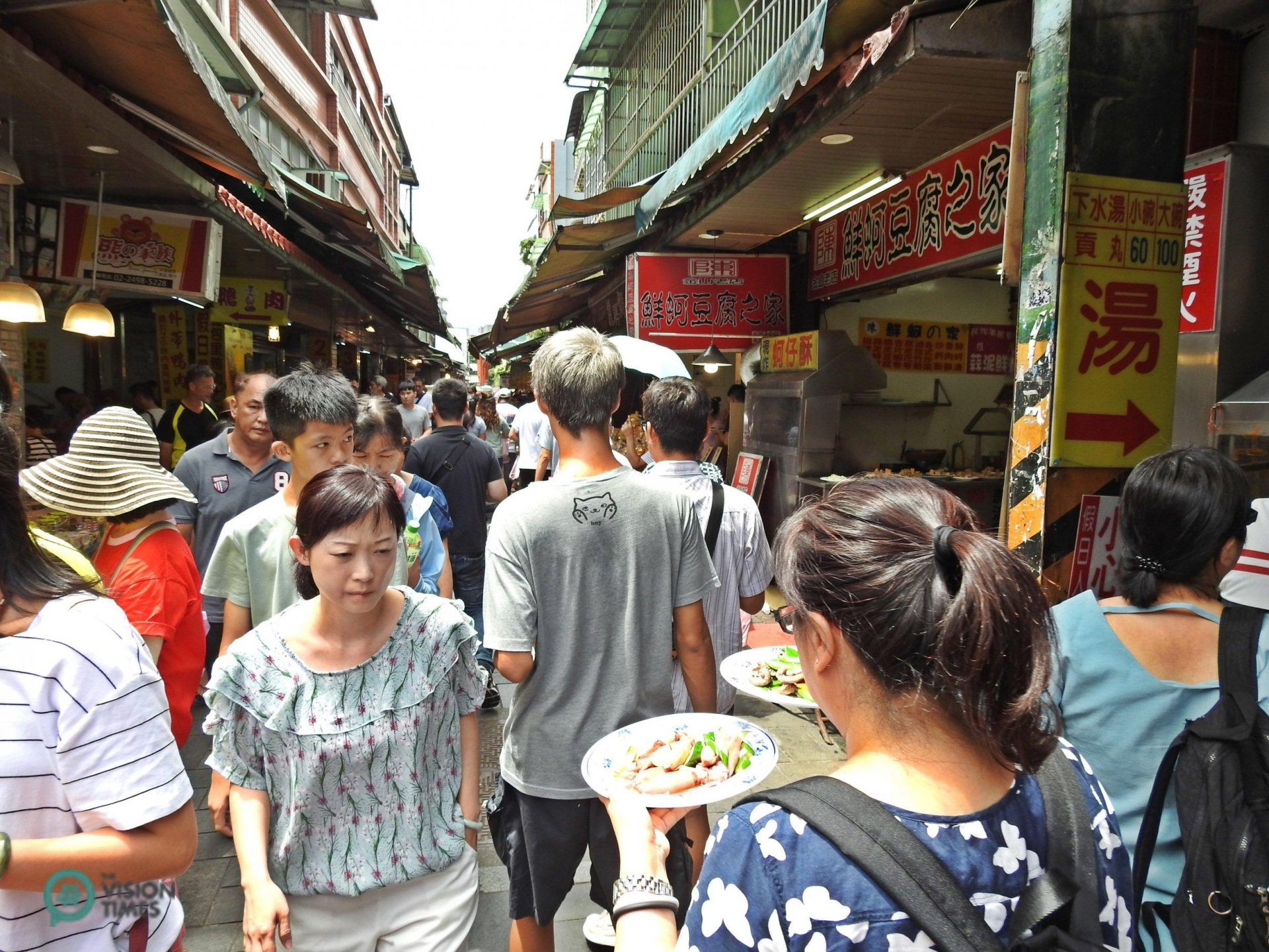 Jinshan Old Street is packed with visitors on weekends and holidays. (Image: Billy Shyu / Vision Times)