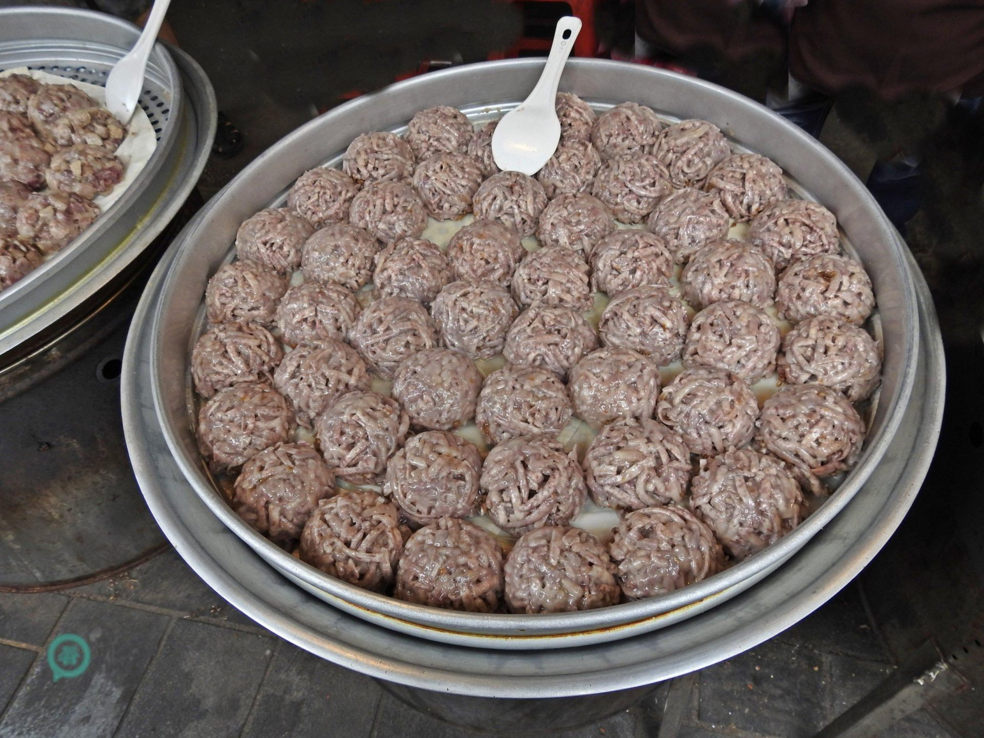 The traditional taro cakes sold on Jinshan Old Street are very delicious. (Image: Billy Shyu / Vision Times)