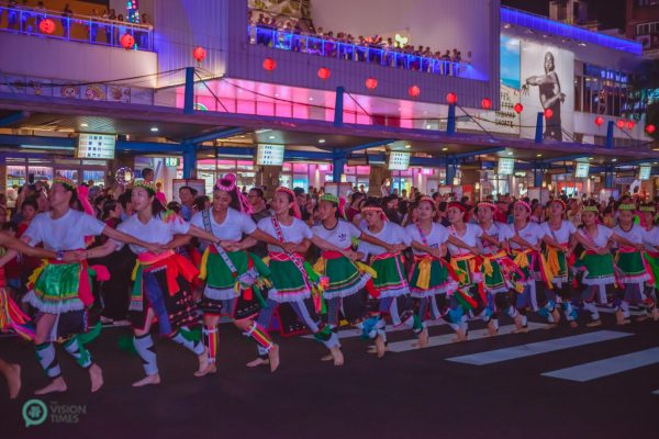 One of the folk dance performances in the grand parade. (Image: Johnny Lin / Vision Times)