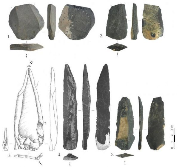 A sampling of stone tools uncovered at the Tolbor-16 site in Mongolia, with examples of long triangular (bottom row, left) and double-edged blades (bottom row, middle) that resemble those found at other sites in Siberia and Northwest China. The discovery suggests a dispersal through the region of early modern humans who shared a cultural and technological background. The shorter blades, top row, are examples of tool technology known before to researchers. (Courtesy photo)