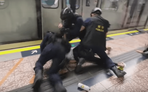 On the evening of August 31, the police ruthlessly attacked people at the MTR subway station. (Image: YouTube/Screenshot)