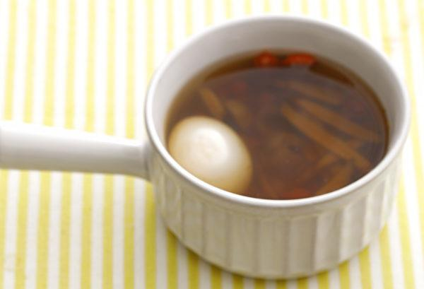 If your eyes and body feel tired, egg soup with goji berry and logan fruit can help. (Image: Epoch Times)