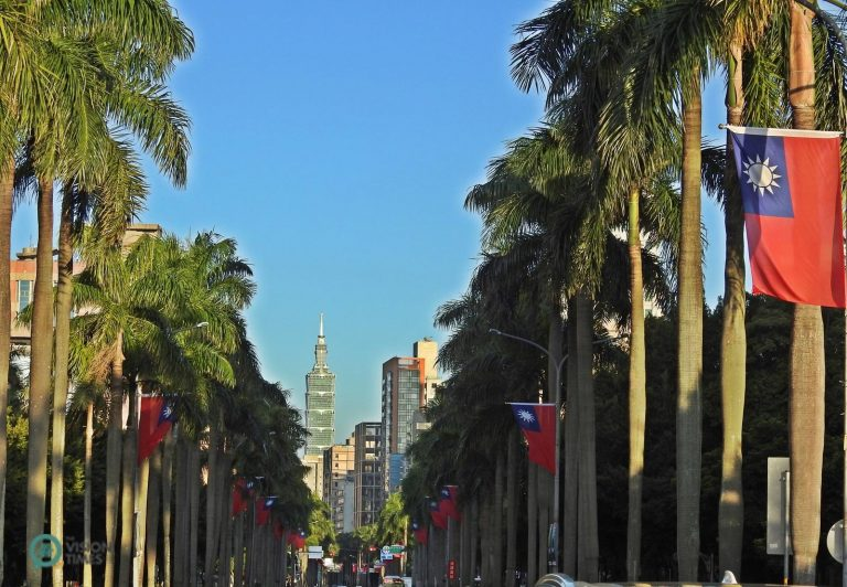 The two sides of RenAi Road in Taipei City are decorated with flags of the Republic of China. (Image: Billy Shyu / Nspirement)