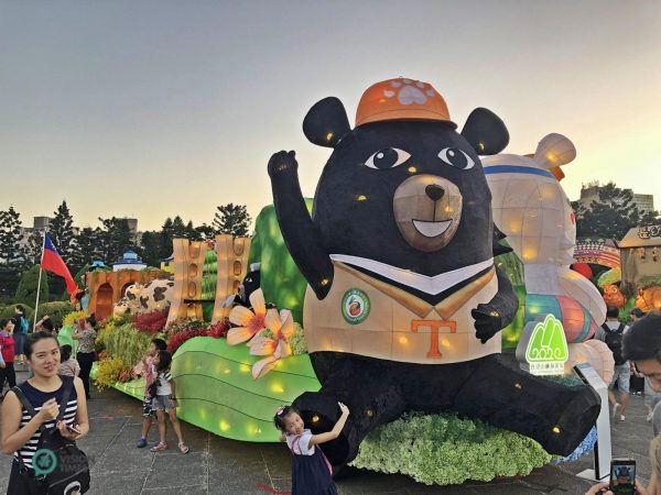 A float provided by the Tourism Bureau, Ministry of Transportation and Communications. (Image: Billy Shyu / Vision Times)