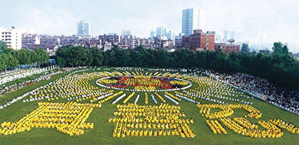 Over 5000 Falun Gong practitioners participated in the image and character formation in China in 1998. (Image: Minghui.org)