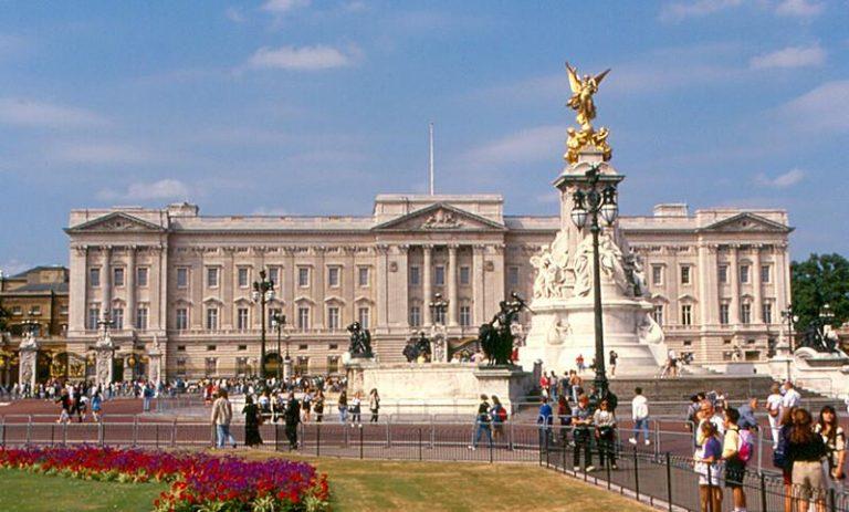 London, Buckingham palace. ))