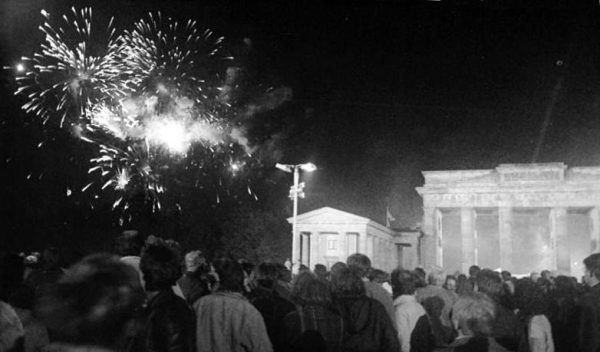Fireworks at Brandenburg Gate after the reunification. (Image: wikimedia / CC0 1.0)