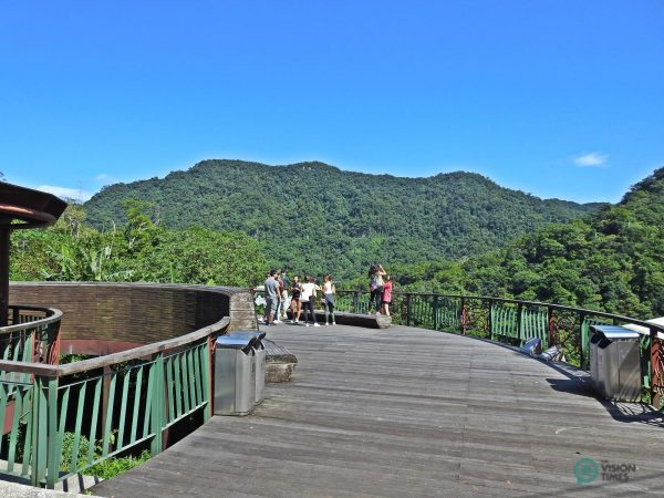 The curved wooden platform for visitors to appreciate the beauty of nature at Maokong. (Image: Julia Fu / Vision Times)