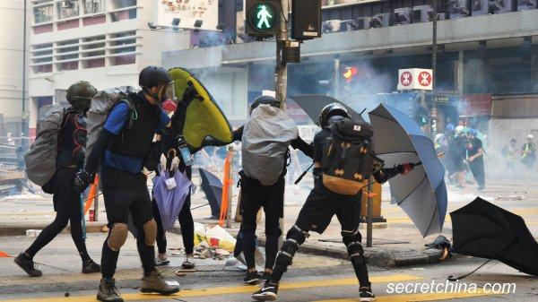 They wanted to go back to Hong Kong to continue the protest after the birth, but they were reluctant to bring the baby back to an environment full of conflict and tear gas.(Image: Secret China)