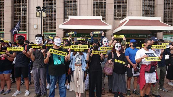 People hold a flash rally at Taipei Station in support of Hong Kong protesters. (Image: Secret China)