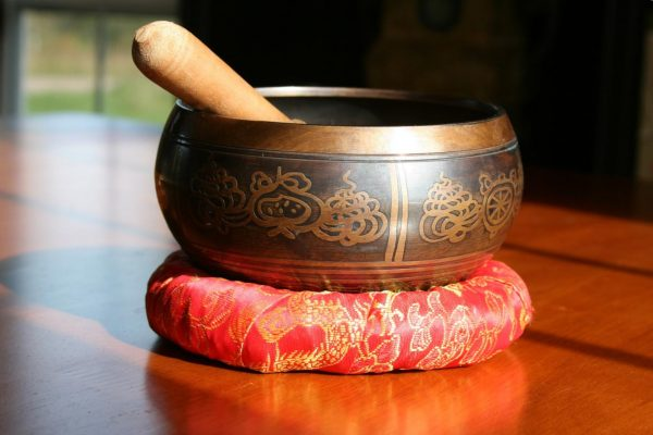 Those in the singing bowl group experienced a decrease in their pain level. (Image via pixabay / CC0 1.0)