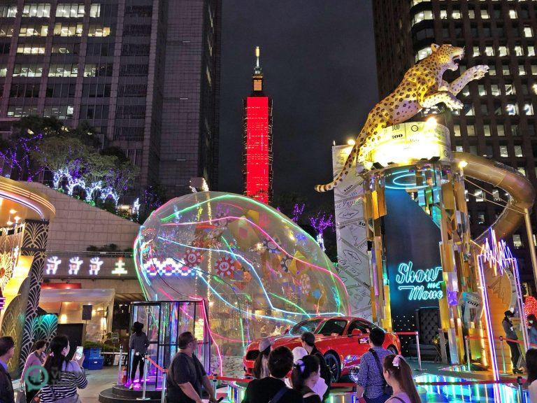 The Las Vegas-themed Christmas installations at the Hankyu Dream Plaza (夢廣場) of the Taipei City Hall Bus Station. (Image: Julia Fu / Nspirement)