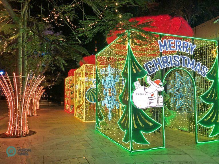 The Christmas installations on the sidewalk along Taipei City's RenAi Road. (Image: Billy Shyu / Nspirement)