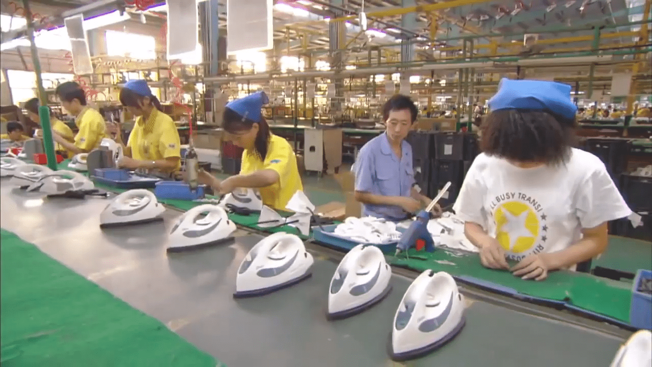 During the reform and opening up of China to foreign investment, a large number of Hong Kong businessmen not only invested in China but even personally went to the mainland to teach the people how to run a business or set up factories. (Image: Screenshot / YouTube)