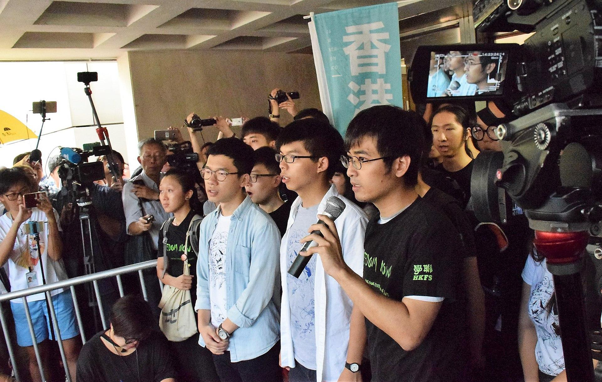 Law, Wong, and Chow speaking to media and supporters before entering court on 17 August 2017, Hong Kong. (Image: 湯惠芸 [Public domain])