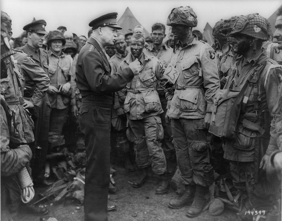 During World War II, during a day of heavy snow, General Eisenhower had received an important order and traveled in a hurry on the snowy road at night. (Image: wikimedia / CC0 1.0)