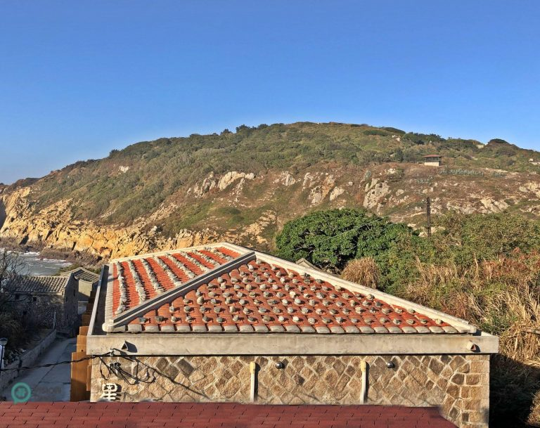 The red tiles on the roofs of traditional rock houses in Matsu are covered with rock blocks. (Image: Julila Fu / Nspirement)