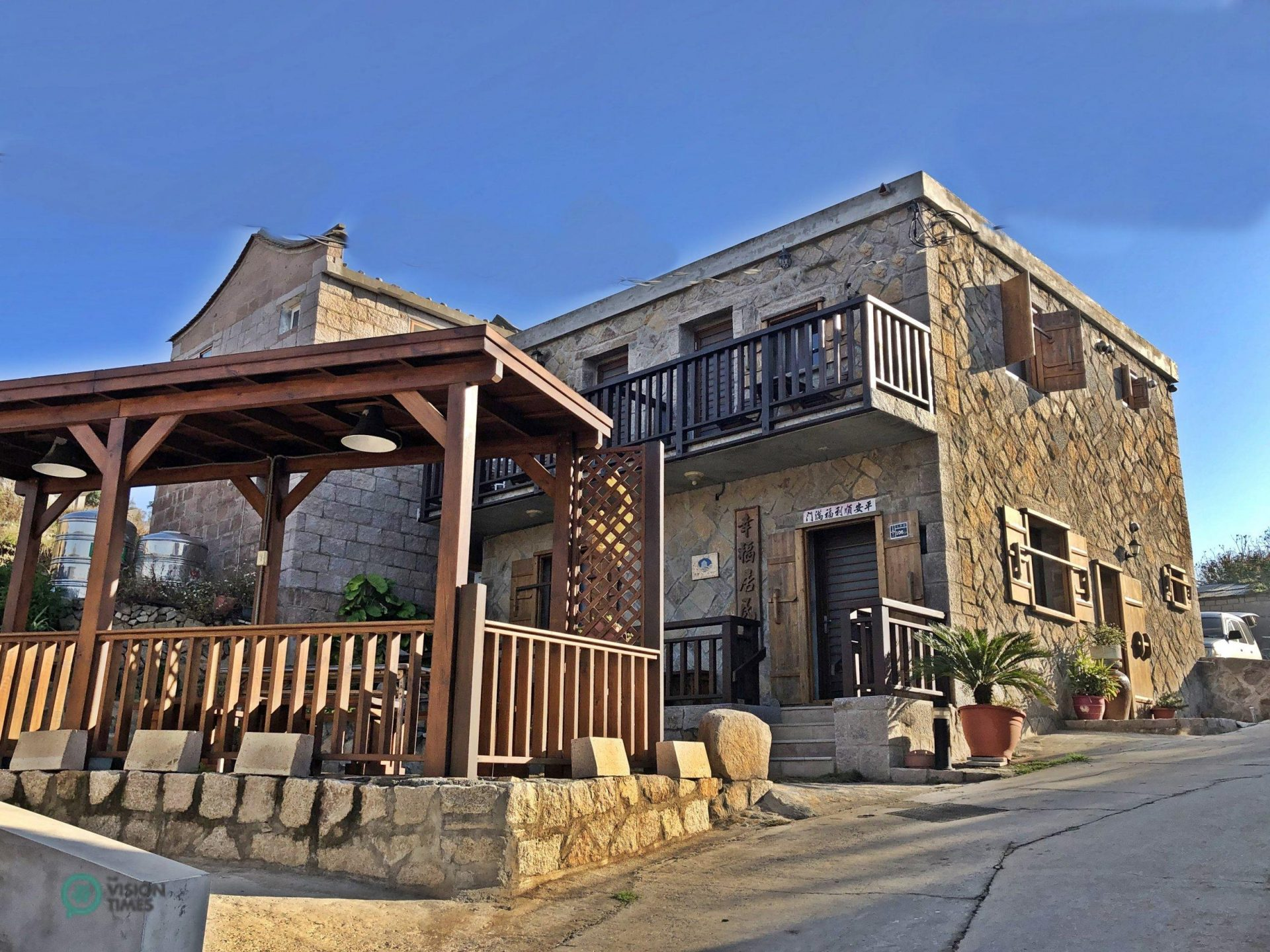 An abandoned stone house in Dongju's Dapu Village has turned into a cozy guesthouse. (Image: Julia Fu / Vision Times)