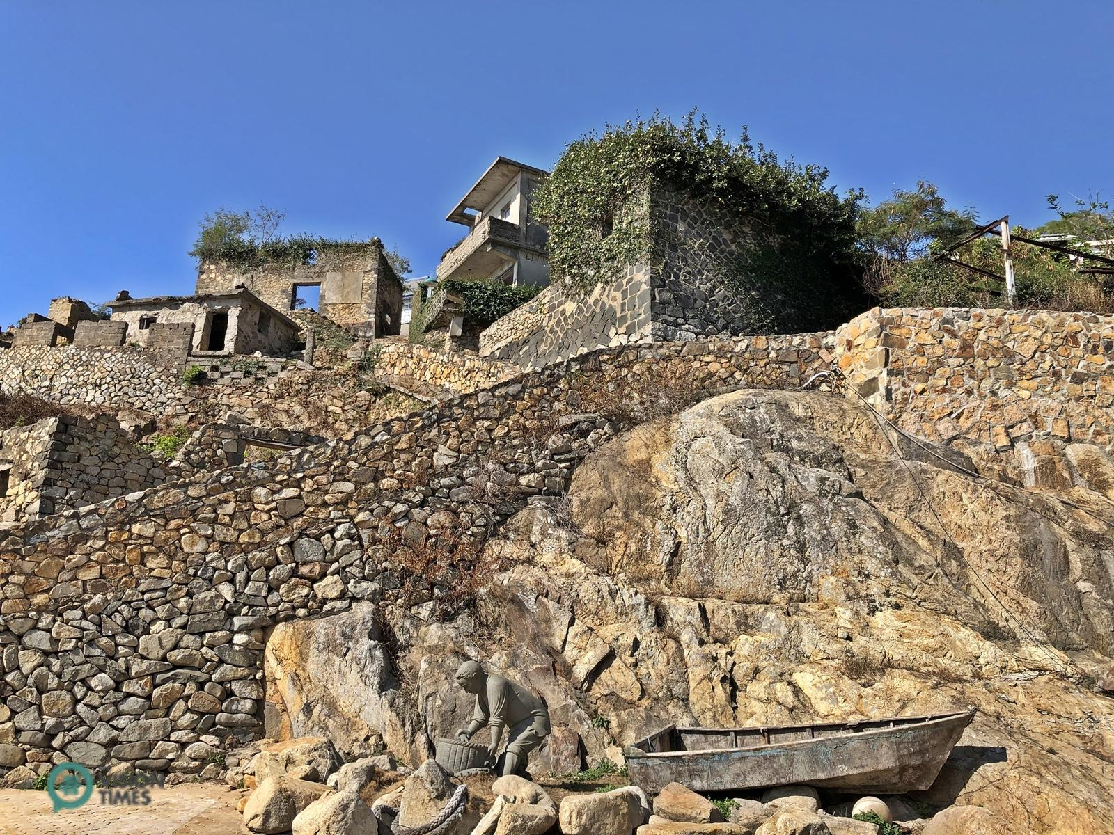 There are still many abandoned stone houses in Jinsha Village. (Image: Billy Shyu / Vision Times)