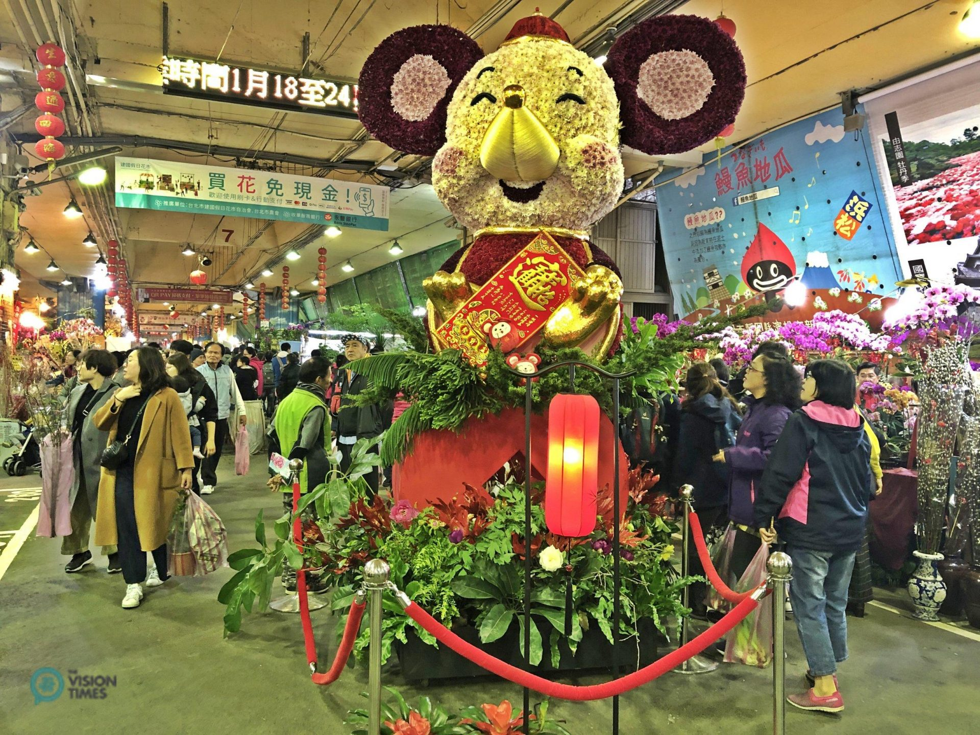 The Mscot Rat made of flowers at Taipei Jianguo Holiday Flower Market. (Image: Billy Shyu / Vision Times)