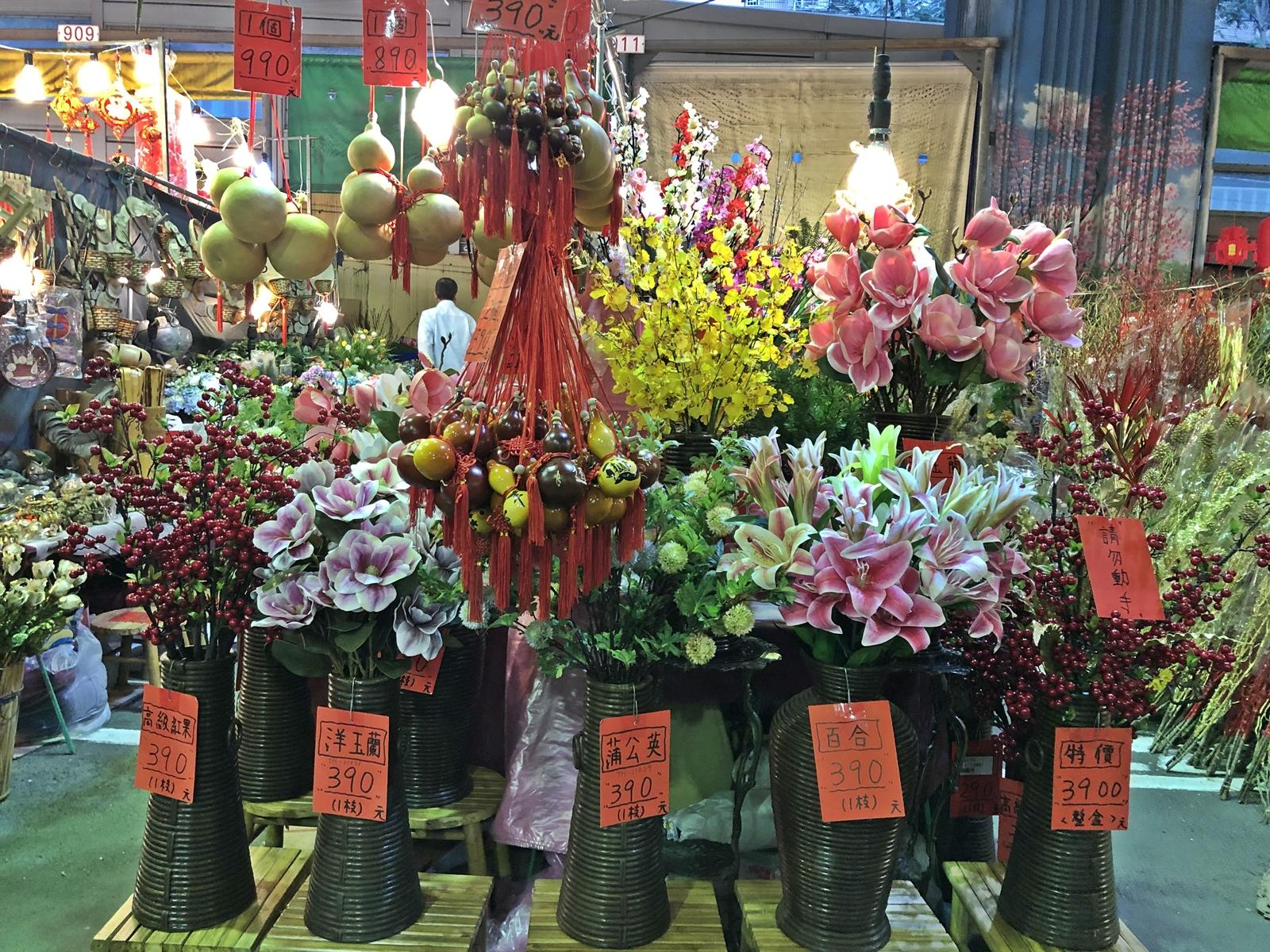 There are a wide varieties of beautiful flowers and plants sold at the floral bazaar in Taipei. (Image: Billy Shyu / Vision Times)