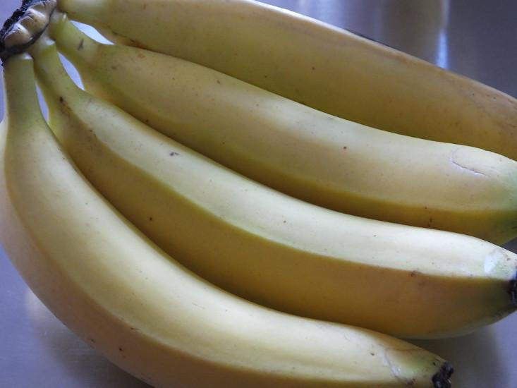 The nutrients in bananas helps repair throat tissue. (Image: Jacqui Brown via flickr CC BY-SA 2.0)