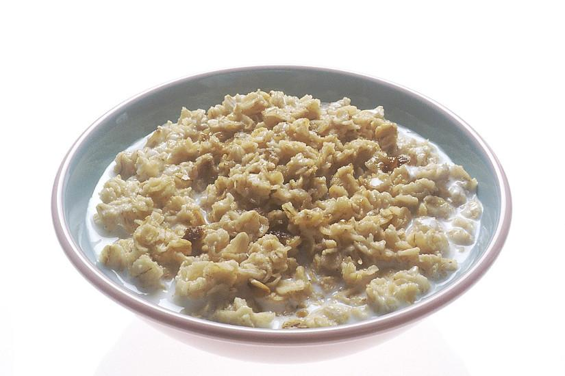 The soluble fiber in oatmeal assists in healing a sore throat. (Image: Renee Comet / CC0 1.0)