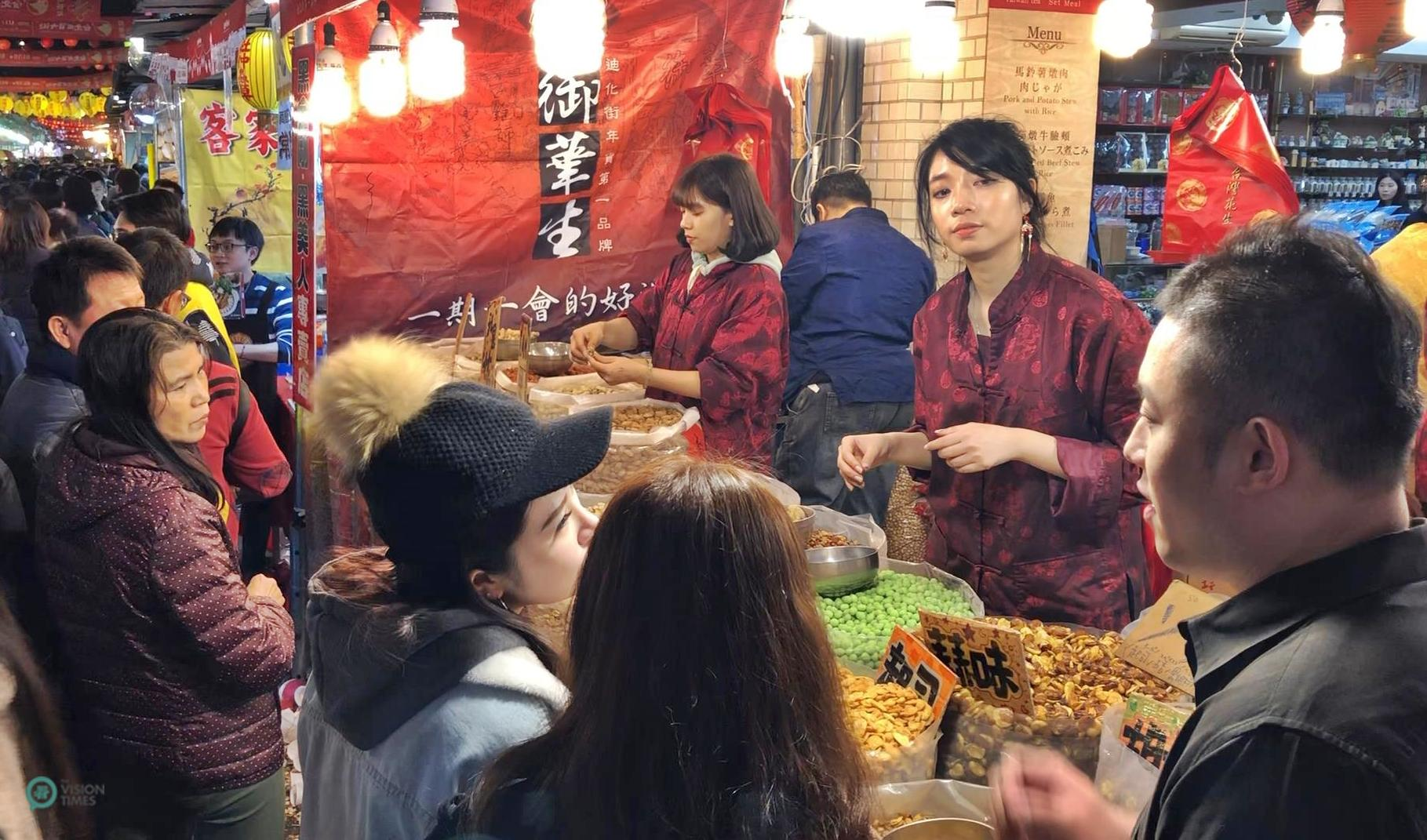 Taiwanese traditionally purchase peanuts and pistachios for the Lunar New Year holiday. (Image: Billy Shyu / Vision Times)