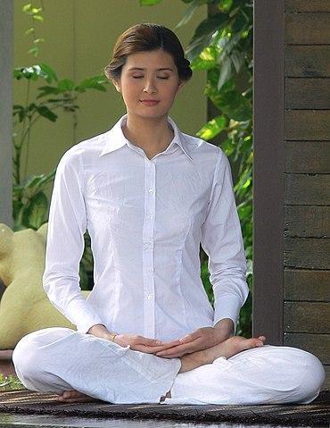 370px-Thai_woman_meditating