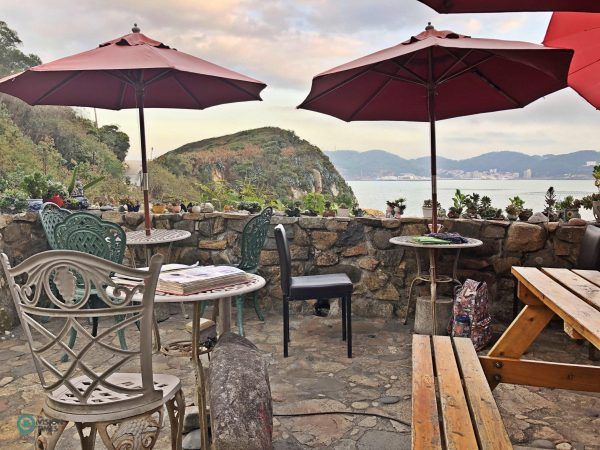 It's great to sip a cup of coffee while taking in the spectacular views of the sea and sunsets. (Image: Julia Fu / Vision Times)