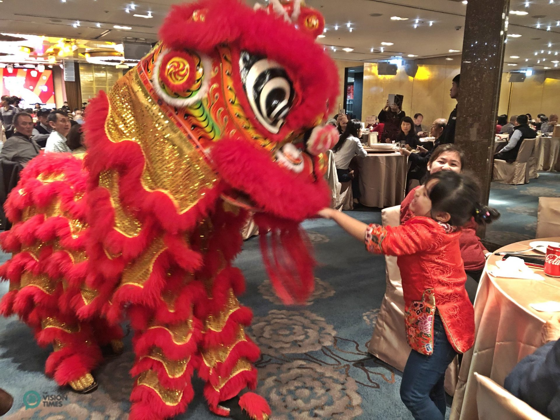 The Lion Dance Performance at the restaurant of a five-star hotel in Taiipei City. (Image: Billy Shyu / Vision Times)