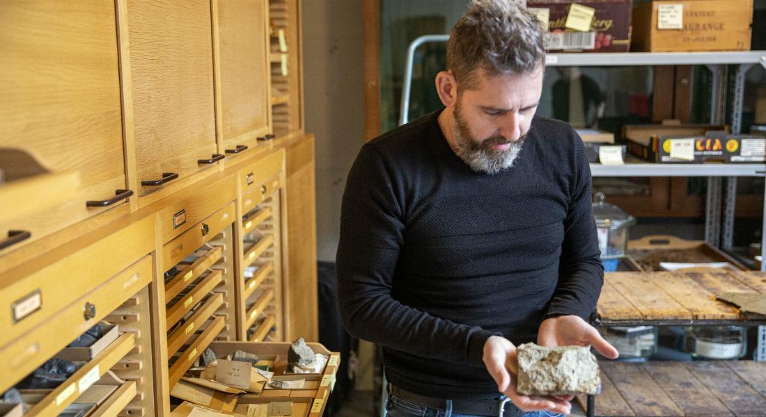 Professor Martin Bizzarro from StarPlan presents different types of meteorites. (Image: StarPlan, Globe Institute, University of Copenhagen)