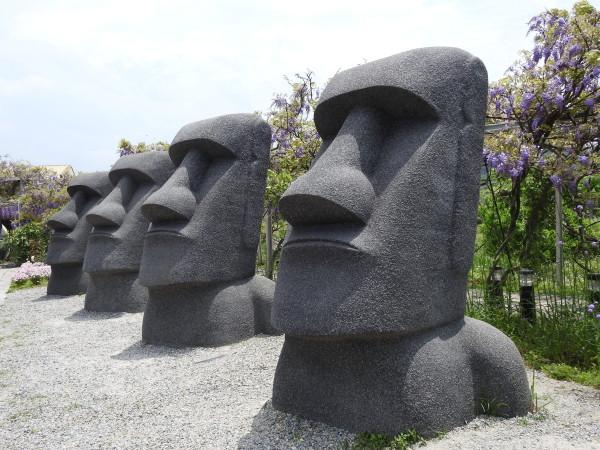 The replicas of Moai Statues in the Wisteria Coffee Plantation's Tun Mountain Park. (Image: Billy Shyu / Vision Times)