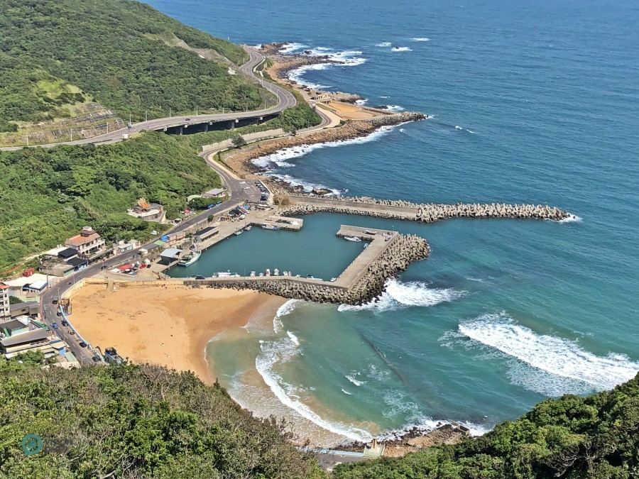 A bird's eye view of Dawulun Beach and the surround area from Eagle Rock. (Image: Billy Shyu / Vision Times)