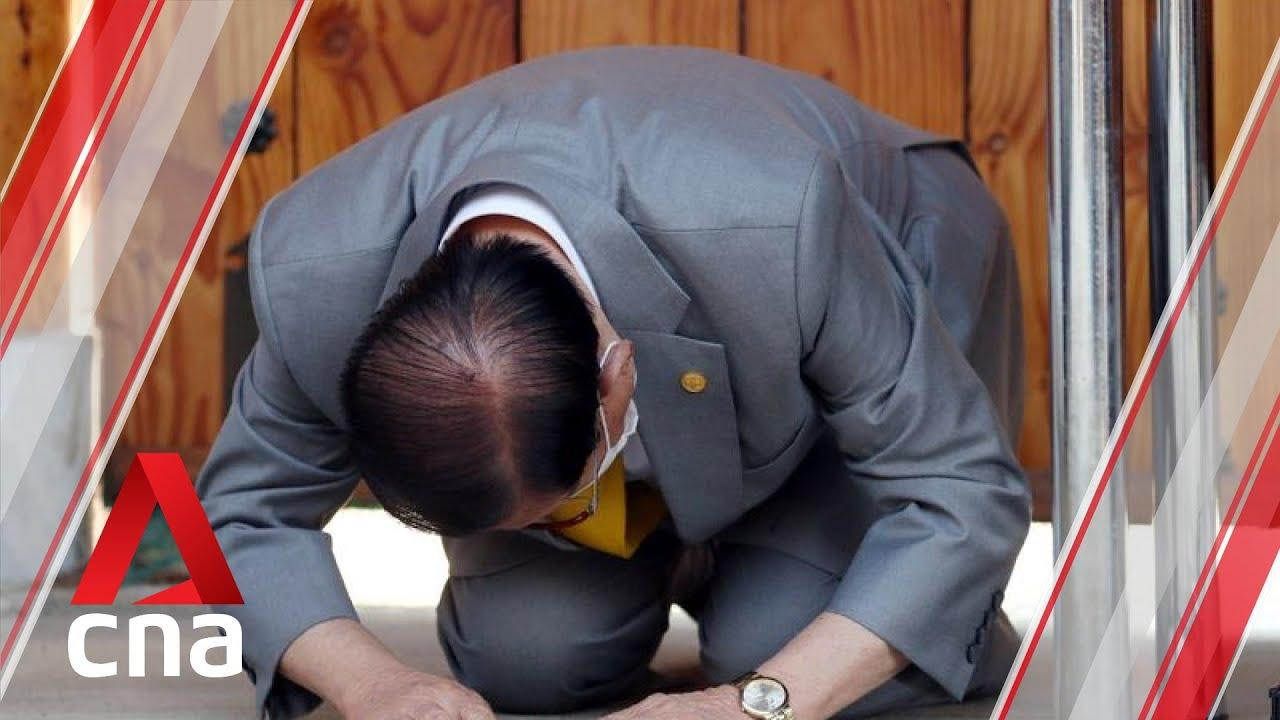 Lee Man-hee, the leader of the Shincheonji Church of Jesus, got on his knees and bowed at a news conference. (Image: YouTube/Screenshot)