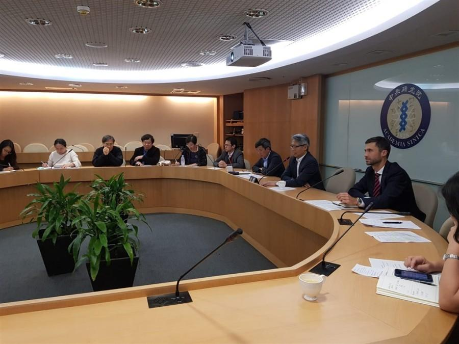 Filip Grzegorzewski (right), head of the European Economic and Trade Office (EETO) in Taiwan, attendes a videoconference between Taiwan and the EU on the bilateral medical cooperaton. (Image: twitter.com/grzegorzewskif)