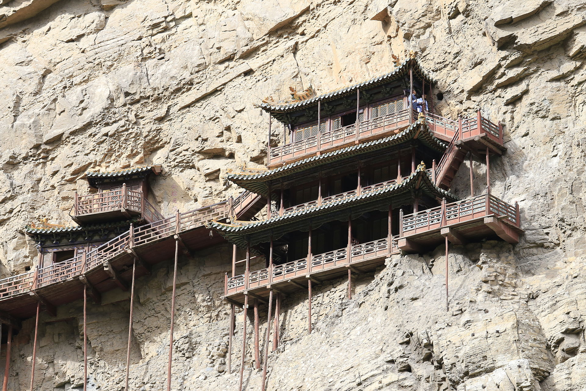 Clinging precariously to Mount Hengshan's cliff-face, in Datong in Shanxi Province, at 75 meters above the ground. (Image: Zhangzhugang via wikimedia CC BY-SA 3.0)